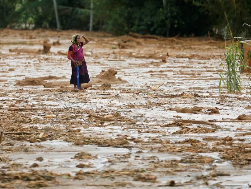 Mulher se desespera no local de um grande deslizamento na aldeia de Elangipitiya, em Aranayake, na região central do Sri Lanka. Mais de 130 pessoas estão desaparecidas após o incidente, que atingiu outras aldeias - 19/05/2016