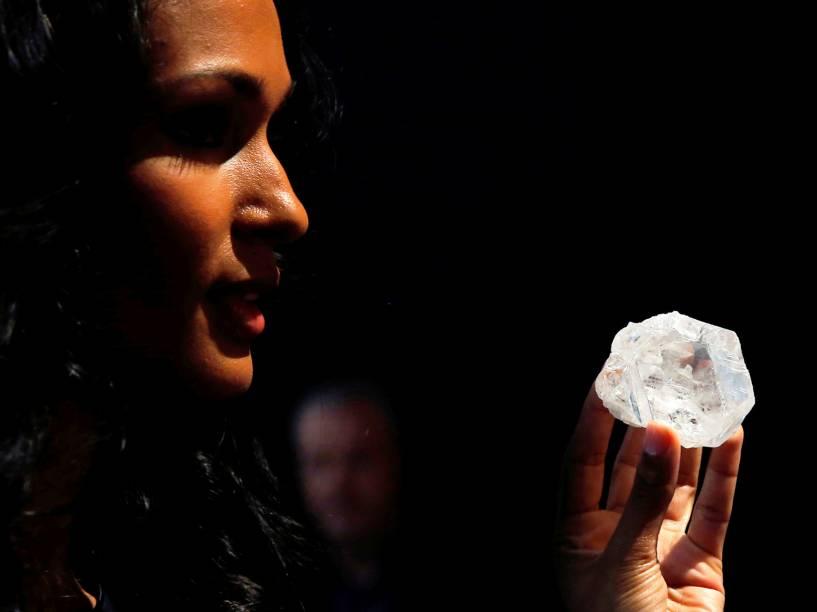 Modelo posa com maior diamante encontrado nos últimos cem anos, de 1109 quilates, em Manhattan, Nova York. Ele foi encontrado no Botsuana e avalia-se que ele tenha 3 bilhões de anos de idade, valendo 70 milhões de dólares - 04/05/2016