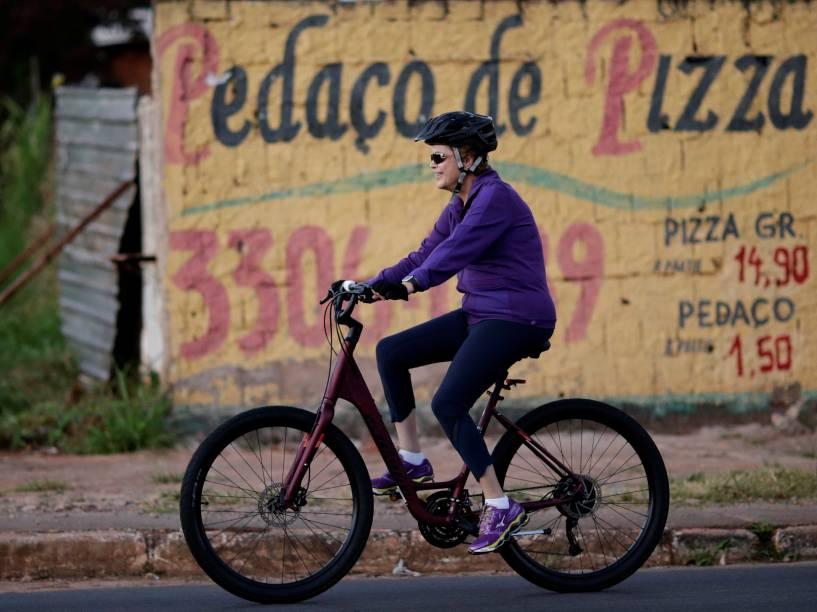 Presidente Dilma Rousseff pedala nos arredores do Palácio da Alvorada, em Brasília - 15/04/2016