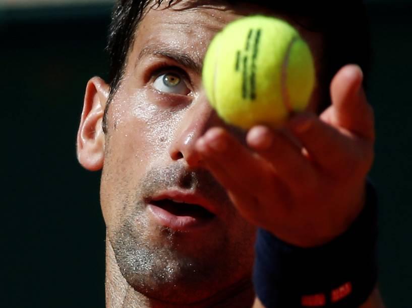 Tenista sérvio Novak Djokovic prepara saque  contra o tcheco Jiri Vesely, no torneio de Monte Carlo, em Mônaco
