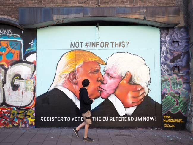 Desenho em muro mostra Donald Trump e Boris Johnson se beijando