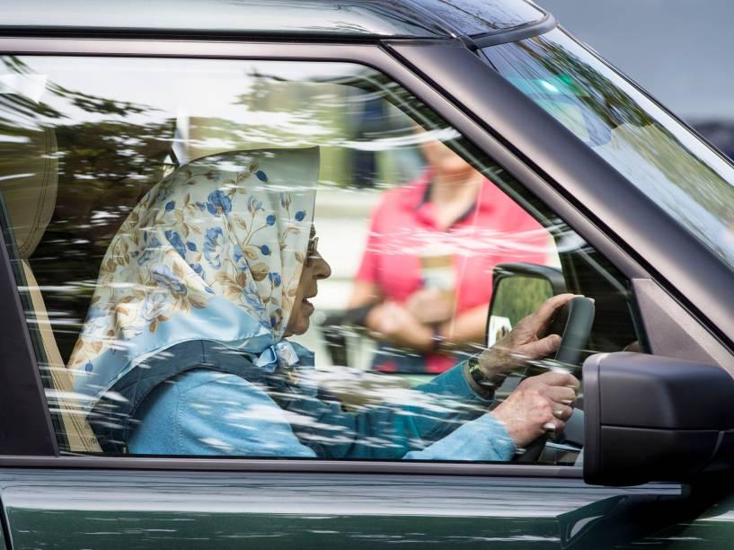 No auge de seus 90 anos, a rainha Elizabeth II conduz seu carro na chegada para o Royal Windsor Horse Show, na Inglaterra - 12/05/2016