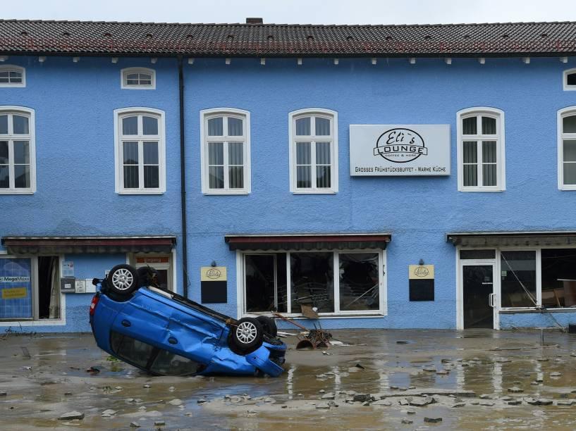 Carro destruído é visto em uma área residencial inundada após fortes chuvas em Simbach am Inn, sul da Alemanha - 02/06/2016