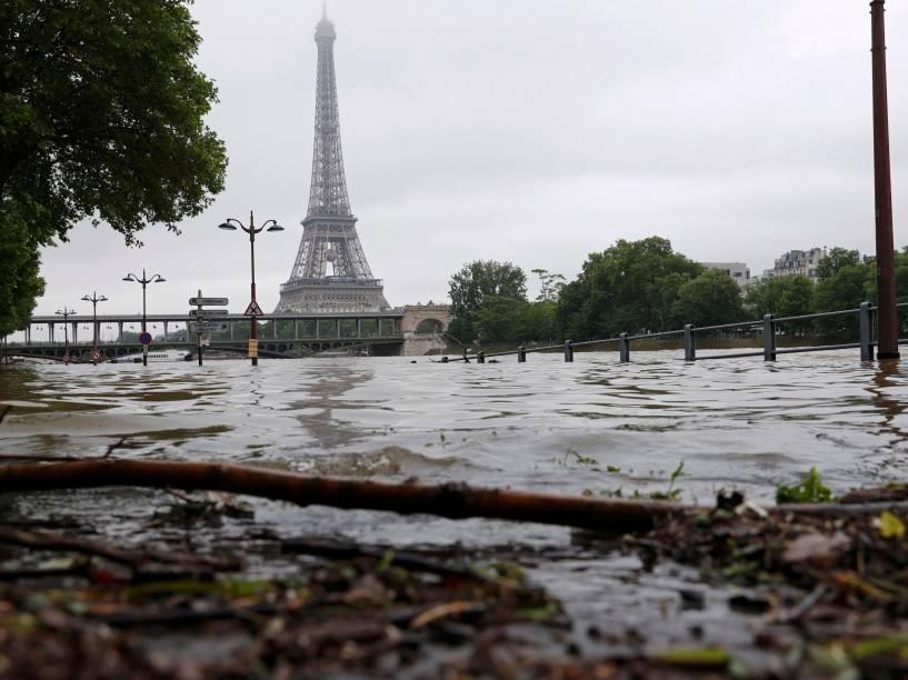 Águas do Rio Sena provocam inundação nos arredores da Torre Eiffel, em Paris após dias seguidos de fortes chuvas na capital francesa - 03/06/2016