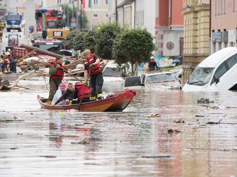 Bombeiros resgatam duas mulheres em um bote depois de fortes tempestades que atingiram a cidade de Simbach am Inn, na Alemanha - 02/06/2016