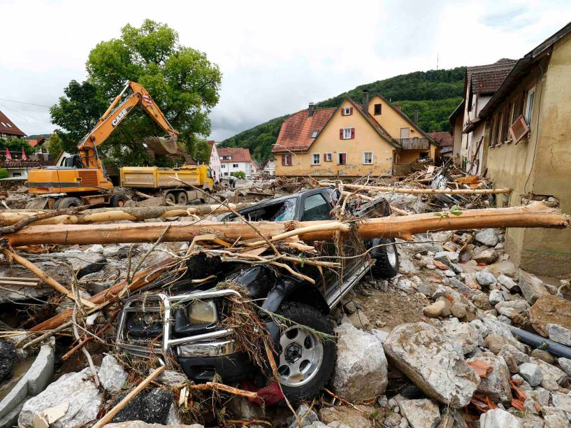 Carro fica completamente destruido sob os escombros na sequência de inundações na cidade de Braunsbach, em Baden-Wuerttemberg, na Alemanha - 30/05/2016