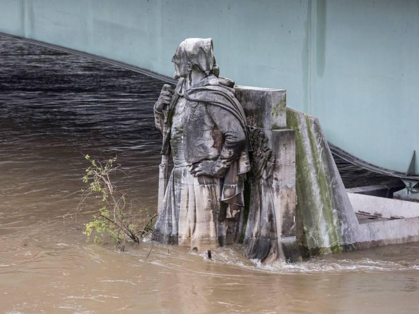 A estátua do Zouave na Pont de lAlma, usada pelos parisienses como referência para calcular o nível da água do rio Sena, fica parcialmente submersa na sequência das fortes chuvas que caíram na capital francesa - 02/06/2016