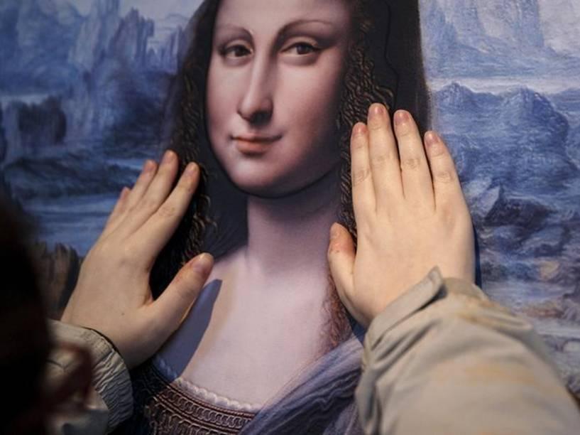 Visitante do Museu do Prado, em Madri, toca cópia da obra Mona Lisa, descoberta em 2012 e restaurada por especialistas  - 25/04/2016