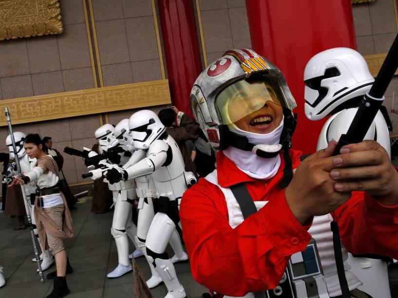 """Pessoas se fantasiam de personagens da franquia Star Wars, para comemorar o dia 4 de maio (May the fourth, em inglês), que ficou conhecido como dia do Star Wars, em referência ao bordão clássico do filme """"May the Force be with you"""" (Que a Força esteja com você, em tradução livre) - 04/05/2016"""
