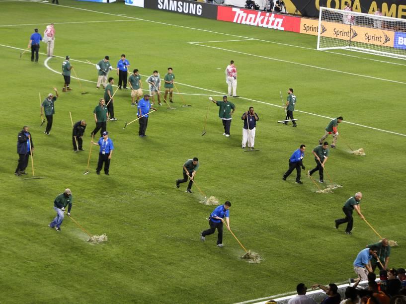 Funcionários tentam tirar água do campo de futebol, onde Chile e Colômbia disputaram vaga pela final da Copa América - 23/06/2016