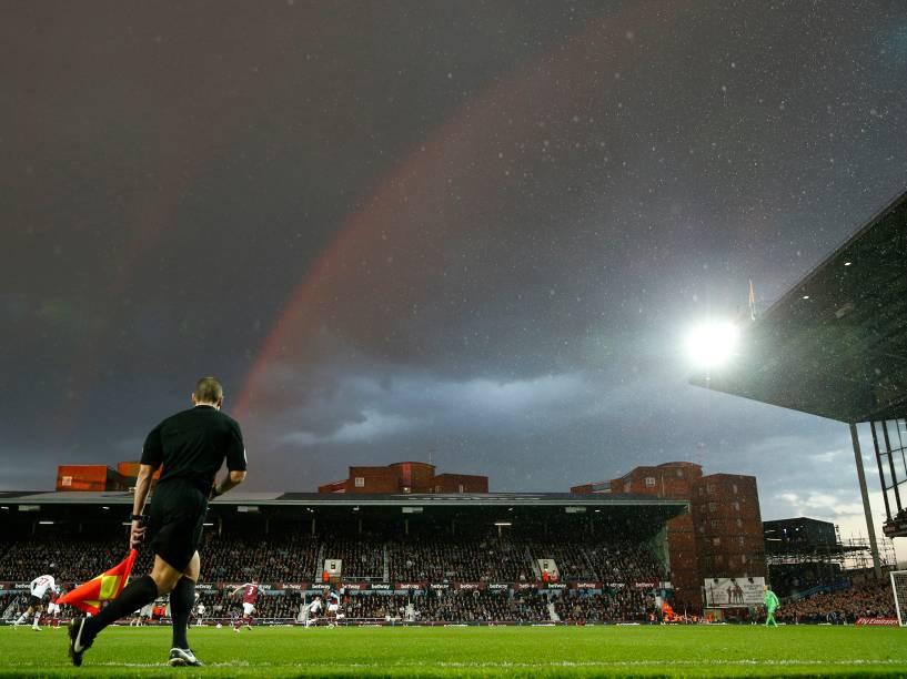 Arco-íris é visto em céu dublado durante partida entre os times West Ham United e o Manchester United, nas quartas de finais da FA Cup, em Londres - 13/04/2016