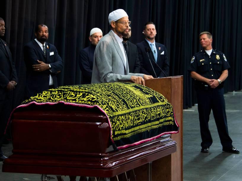 Imam Zaid Shakir, discursa durante o funeral do ex-pugilista Muhammad ali, morto em decorrência de problemas respiratórios, em Louisville, no estado de Kentucky (EUA) - 09/06/2016