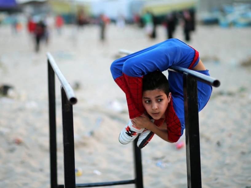 """Garoto palestino de 12 anos, apelidado de """"Spider-man"""" tenta entrar para o livros de recordes """"Guiness"""" como o maior contorcionista do mundo - 02/05/2016"""