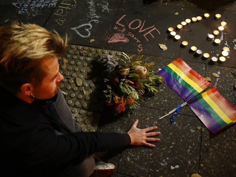 Homem participa de uma vigília em Sydney, na Austrália em homenagem às vítimas do atentado a tiros à boate Pulse em Orlando, na Florida (EUA) - 13/06/2016