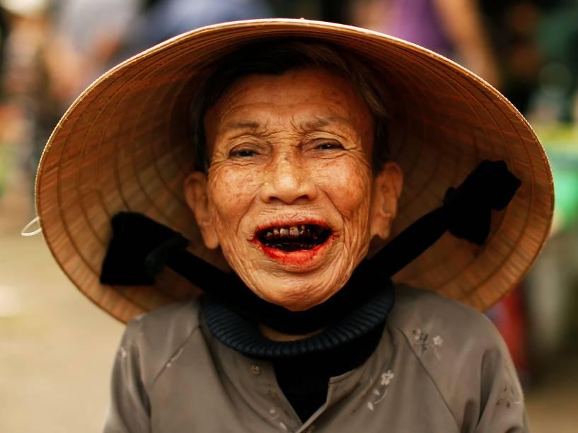 Vietnamita é fotografada com tradicional chapéu conhecido como non la em um mercado de Hoi An - 10/05/2016