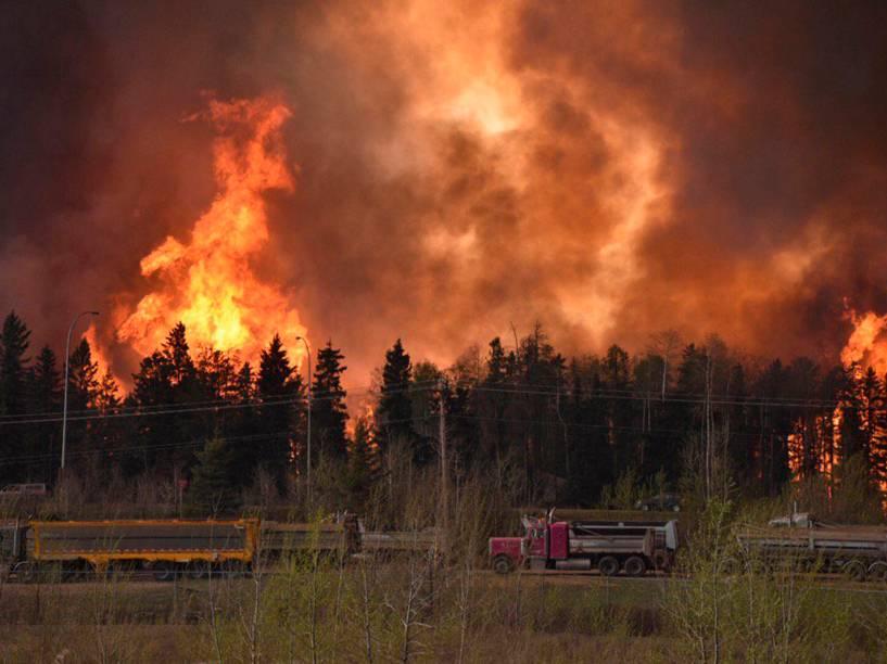 Incêndio florestal visto na província canadense de Alberta - 04/05/2016
