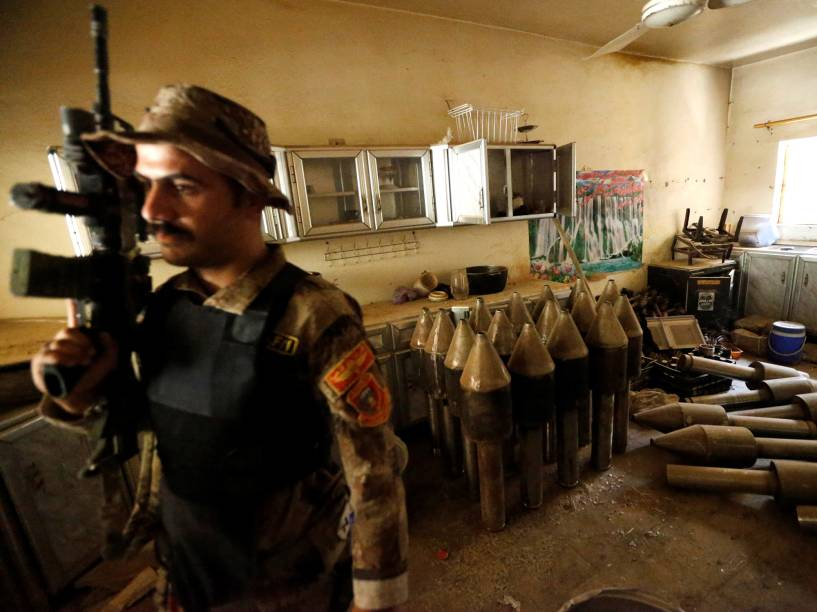 Membro da força contraterrorista iraquiana guarda área de fabricação de armas do Estado Islâmico, na cidade de Fallujah - 23/06/2016