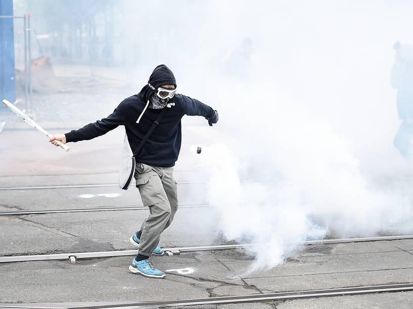 Manifestante atira projétil de volta para a polícia durante protestos contra a reforma trabalhista proposta pelo governo Francês - 02/06/2016