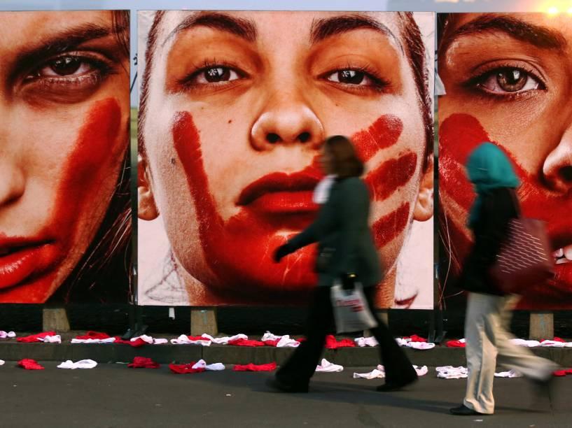Fotógrafo Marcio Freitas expõe suas fotos no vão livre do MASP, em protesto contra o estupro e a violência contra a mulher - 10/06/2016