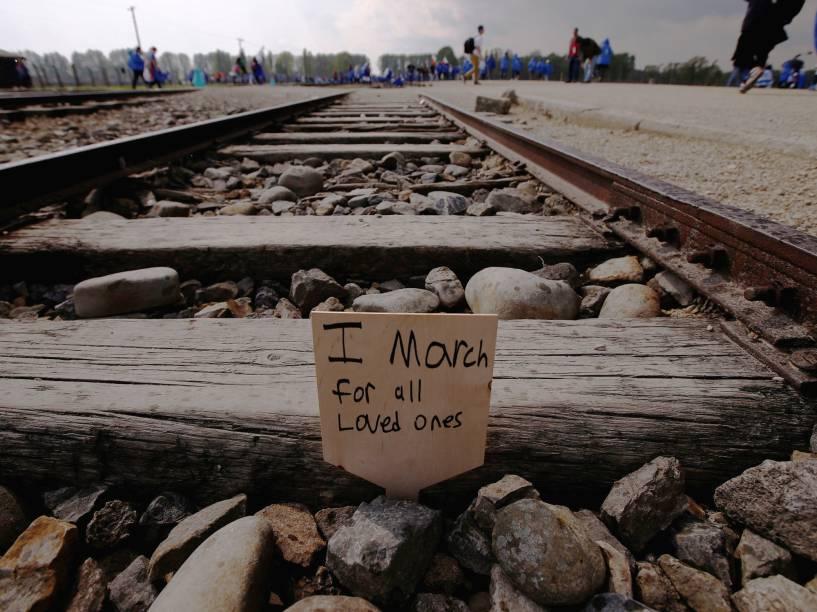 """Cartão com a mensagem """"Eu marcho pelos entes queridos"""" é deixado em trilho de trem que levava prisioneiros judeus para os campos de concentração, na Marcha dos Sobreviventes, que acontece anualmente na Polônia para celebrar os sobreviventes da Segunda Guerra Mundial - 05/05/2016"""