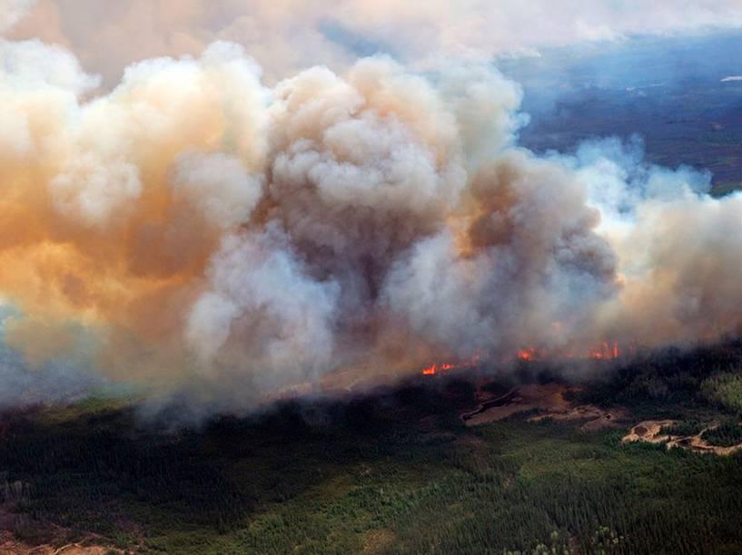 Incêndio continua destruindo a vegetação em Fort McMurray, em Alberta, Canadá - 05/05/2016