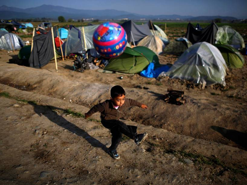 Garoto refugiado brinca com bola na fronteira fechada entre Grécia e Macedônia, no acampamento improvisado próximo a vila de Idomeni - 13/04/2016