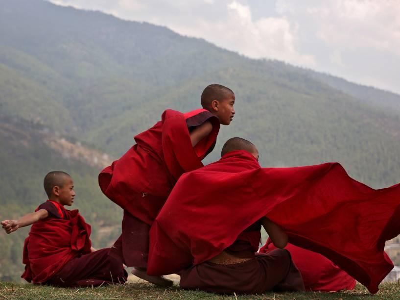 Meninos monges fazem uma pausa nos estudos no templo Changangkha Lhakhang em Thimphu, no Butão - 13/04/2016