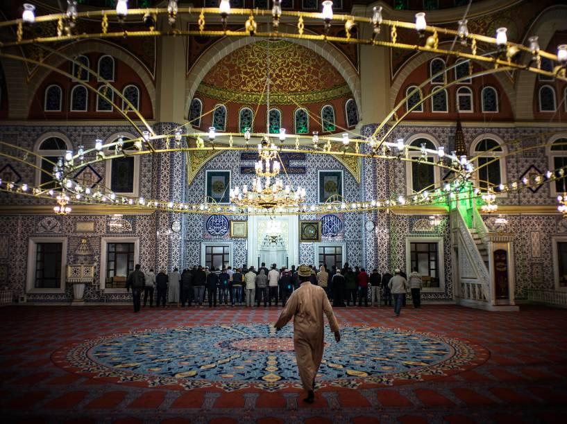 Muçulmanos fazem orações na Mesquita Nizamiye em Midrand, Joanesburgo, no primeiro dia do mês sagrado do Ramadã