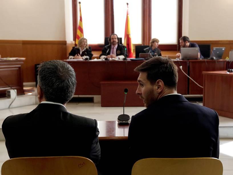 O craque da seleção da Argentina e do Barcelona Lionel Messi senta-se no tribunal ao lado de seu pai Jorge Horacio Messi durante julgamento por fraude fiscal, em Barcelona, Espanha - 02/06/2016