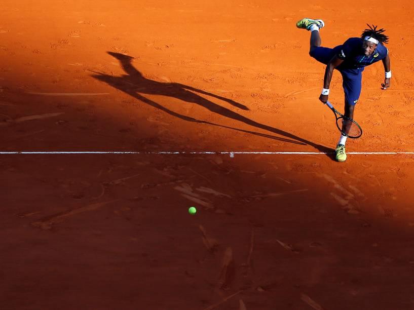 Tenista francês Gael Monfils joga o torneio Monte Carlo contra o italiano Paolo Lorenzi, em Mônaco - 13/04/2016