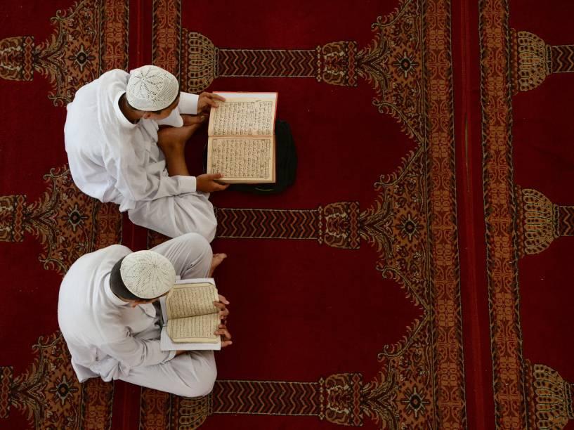 Jovens afegãos estudam o Corão durante o mês sagrado do Ramadã em uma mesquita em Jalalabad - 23/06/2016