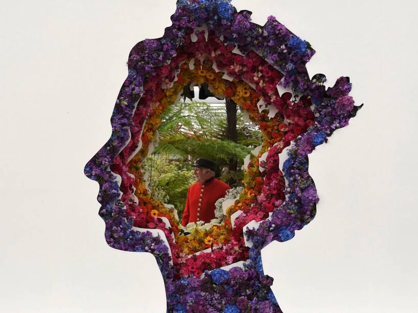 Guarda real é visto por um enfeite ornamentado com flores no formato na Rainha Elizabeth, no dia do Chelsea Flower Show, evento de exibição de flores que acontece anualmente em Londres - 23/05/2016