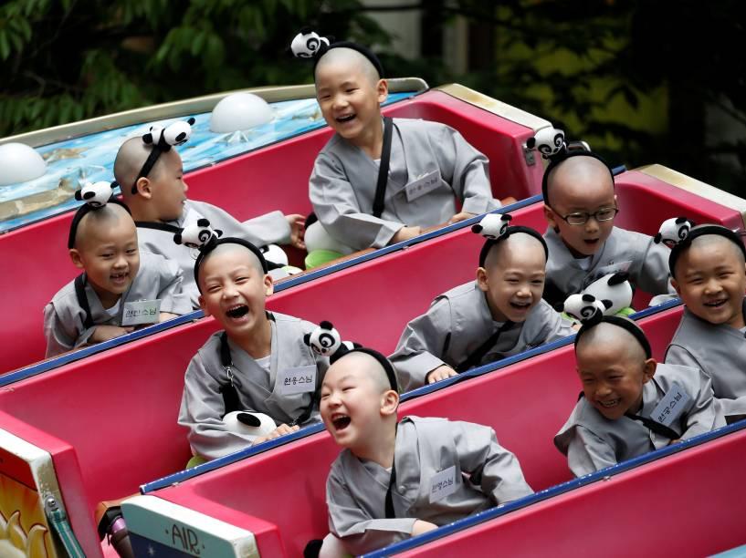 Meninos budistas em experiência de duas semanas como monges noviços, desfrutam de um passeio no parque de diversões Everland em Yongin, Coreia do Sul - 09/05/2016
