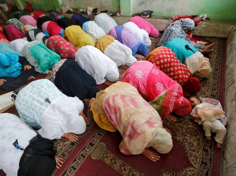 Bebê é fotografada entre mulheres muçulmanas durante orações no Santuário de Sheikh Abdul Qadir Jeelani, no mês de jejum sagrado do Ramadã, em Srinagar, na Índia - 07/06/2016