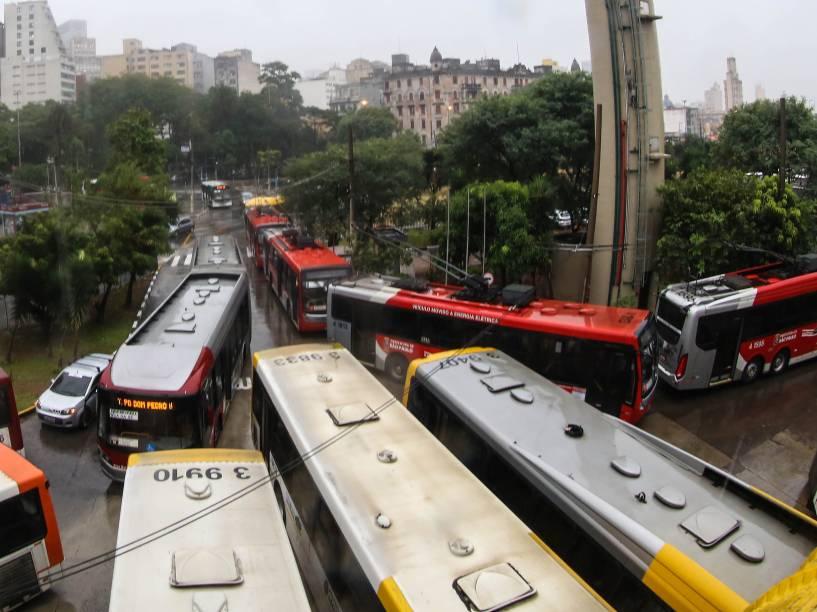 Motoristas e cobradores de ônibus fazem paralisação no terminal Parque Dom Pedro II, região central de São Paulo, em protesto que pede reajuste maior nos salário proposto pelas empresas - 18/05/2016
