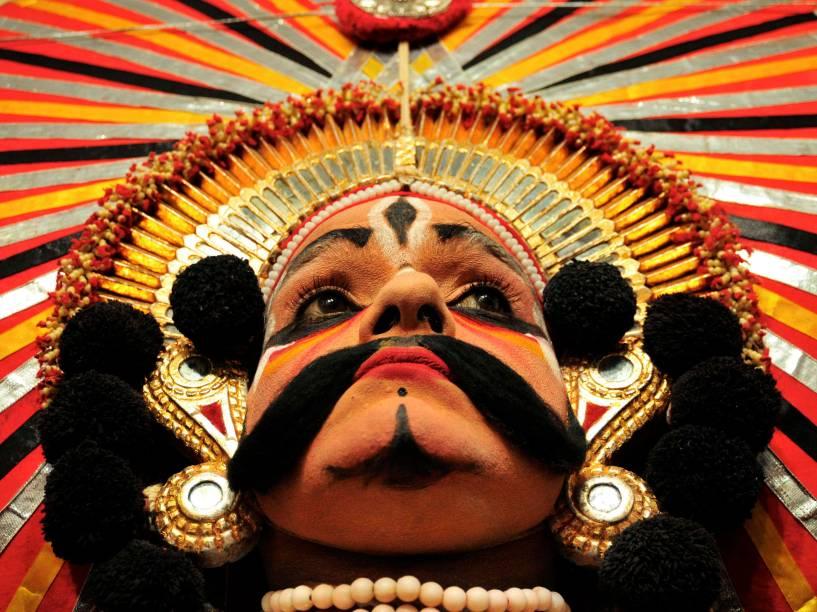 Na cidade indiana de Bangalore, artista vestiu a mantilha, uma peça da dança folclórica Yakshagana Kala Sangha