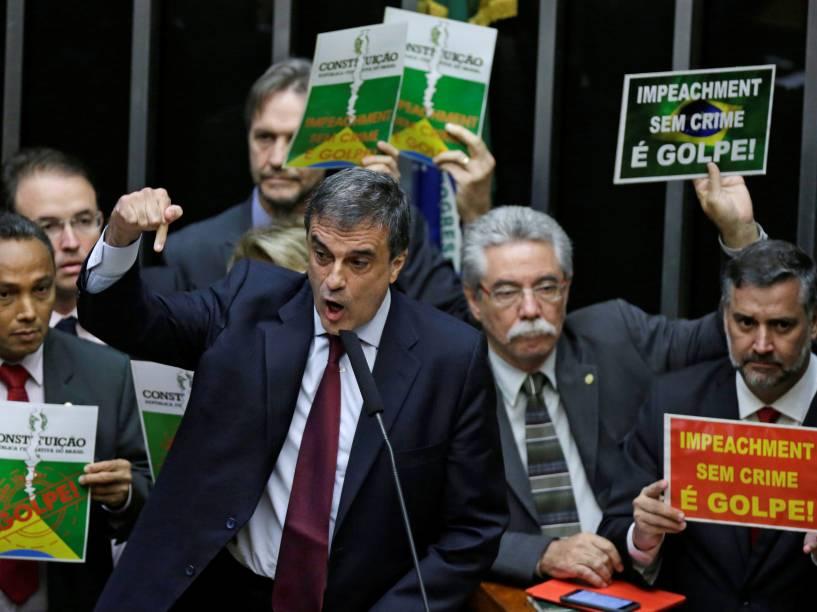 Advogado-geral da União, José Eduardo Cardozo discursa durante sessão que analisa o pedido de impeachment da presidente Dilma Rousseff na Câmara dos Deputados em Brasília - 15/04/2016
