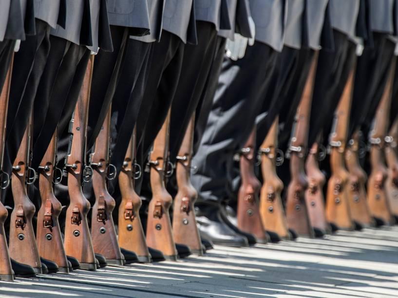 Membros da guarda de honra alemã aguardam, com seus rifles pousados no chão, pela chegada da Chanceler Alemã, Angela Merkel - 23/06/2016