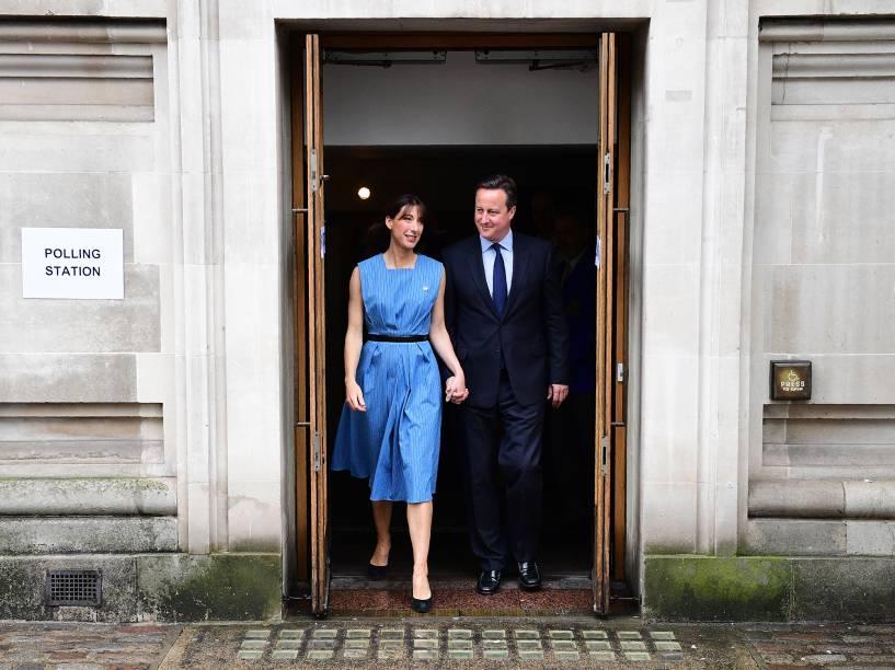Primeiro-ministro inglês, David Cameron, é fotografado ao lado de sua esposa, Samantha, após depositarem seu voto acerca do Referendo sobre a permanência ou não da Inglaterra no conjunto da União Europeia - 23/06/2016