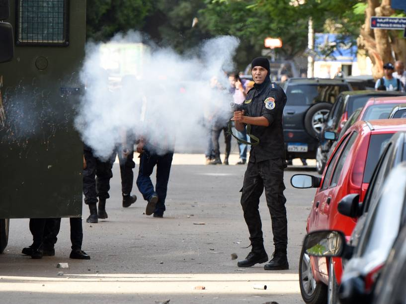Policial atira bomba de gás lacrimogêneo contra manifestante que protesta contra a conferência de terras egípcias à Arábia Saudita, em Cairo, Egito - 25/04/2016