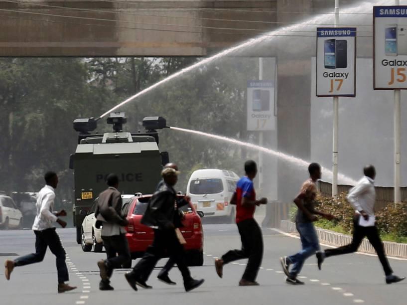 <br><br>Polícia usa canhões dágua para dispersar apoiadores da oposição ao governo do Quênia, Coalizão para Reformas e Democracia, durante protesto perto do órgão eleitoral para pedir a saída das autoridades do setor, em Nairóbi - 23/05/2016