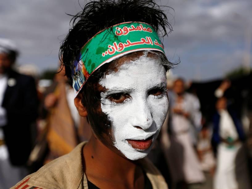 Garoto pinta o rosto com as cores da bandeira do Iêmen para protestar contra a intervenção dos Estados Unidos, na capital Sanaa, Iêmen - 13/05/2016