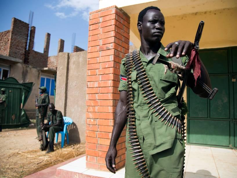 Membro do Exército de Libertação do Povo em Oposição (SPLA-IO, tradução livre) aguarda enquanto novas tropas militares e seus líderes chegam na sede da organização, em Juba, no Sudão - 25/04/2016