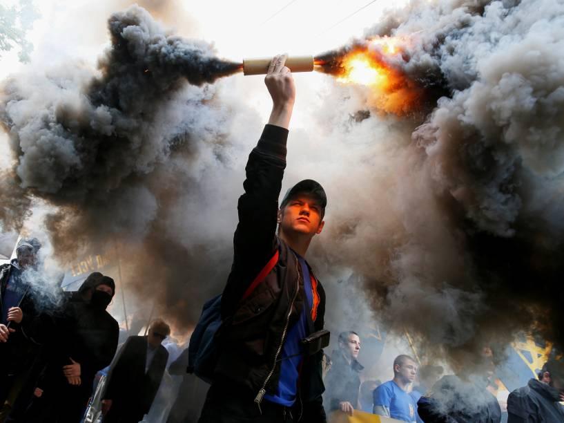 Membros da guarda nacional ucraniana regimento Azov e ativistas participam de um protesto contra as eleições locais em áreas controladas pelos rebeldes pró-Rússia do leste da Ucrânia, em Kiev - 20/05/2016