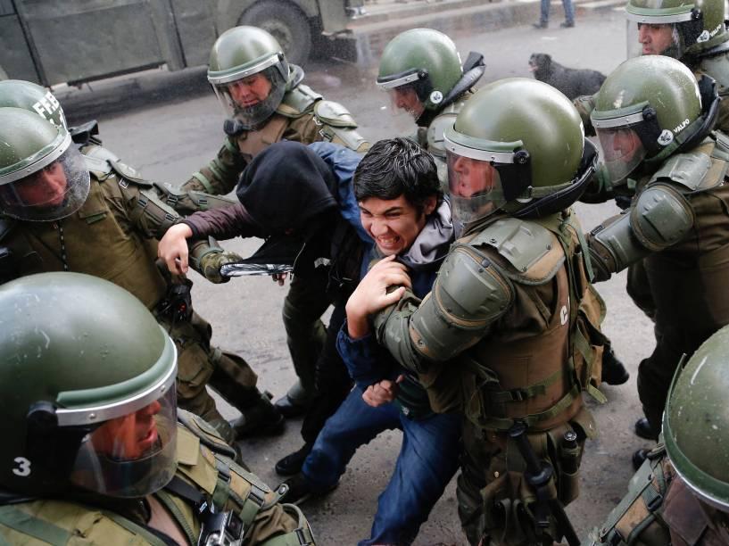 Um manifestante é detido pela polícia durante protesto contra reformas educacionais do governo na cidade de Valparaiso, Chile