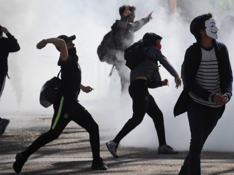 Estudantes entram em confronto com a polícia em Montpellier, sul da França, durante manifestação contra a reforma trabalhista planejada pelo governo - 14/04/2016