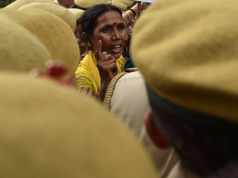 Ativistas gritam palavras de ordem e entram confronto com a polícia durante um protesto em Nova Délhi, contra o estupro de uma estudante no estado indiano de Kerala - 04/05/2016