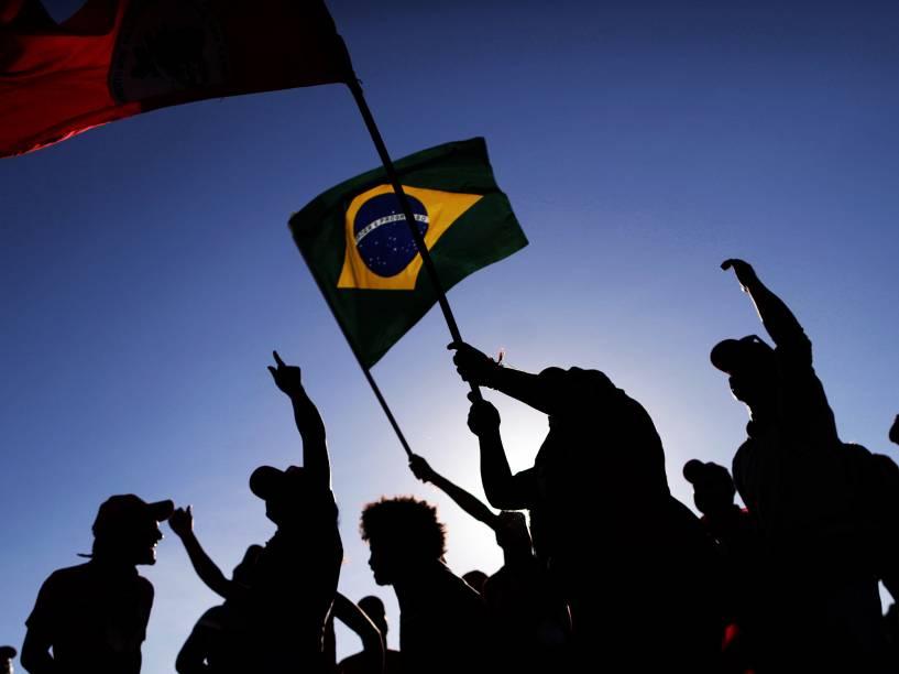 Manifestantes contrários ao impeachment da presidente Dilma Rousseff durante protesto no Distrito Federal na manhã desta terça-feira (10)