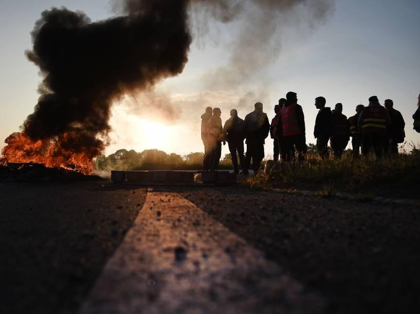 Trabalhadores queimam pneus e bloqueiam o acesso à refinaria de Donges, oeste da França, para protestar contra as reformas da legislação trabalhista planejadas pelo governo - 17/05/2016