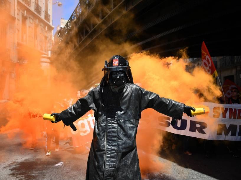 Manifestante usando uma máscara do personagem Darth Vader segura sinalizadores durante um protesto contra as reformas da legislação trabalhista propostas pelo governo francês, em Marselha, sul da França - 02/06/2016